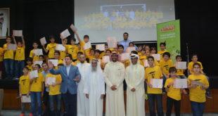 علي كاظم الجمعة ود. عبدالله العتيقي ود. خالد الفاضل في صورة جماعية مع أعضاء الدورات